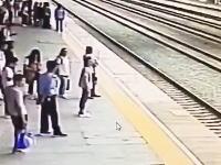 超反応なGJ男。ホームから線路に飛び込もうとしている女性をギリで助ける。