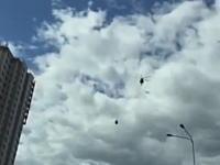 30秒後に驚きの結末が。ロシアの幹線道路を低空飛行する軍用ヘリがっ!