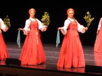 これ足元どうなってるの。ロシアの民族舞踊団ベリョースカの踊りがベルトコンベアー。
