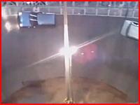 すり鉢を車とバイクで走るスタントショーで起きた死亡事故の映像。