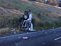 こんな事故現場の映像みたことない。縦に真っ二つに裂かれた車の中に軽傷っぽい運転手が。