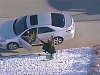 リアルGTA。走行中の車を奪い乗り換えて逃走を続ける男を空撮。