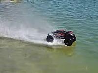 お前は車じゃないのかよwww水面を爆走するRCカーの映像。トラクサスX-MAXX