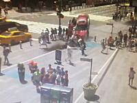 NYタイムズスクエアに暴走車が突っ込む瞬間の映像が公開される。1人死亡22人負傷。