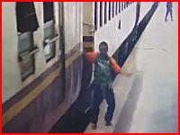 動いている列車から飛び降りようとした男性がホームと電車の間に落ちてしまい(((゚Д゚)))