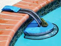 ニッチすぎる商品。庭のプールに落ちた小動物の脱出用スロープ。