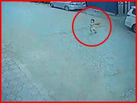 通りを走って渡ろうとした小さな女の子が猛スピードの車にはねられてしまう。