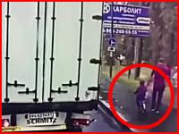 小さな子供の自転車が転倒して車道に倒れトレーラーに踏まれてしまう(°_°)