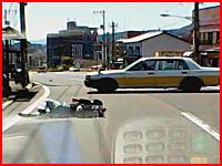 バイクの兄ちゃん1回転半。広島で撮影されたタクシーとバイクの事故映像が怖い。