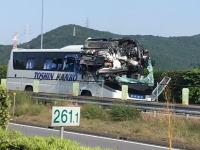 東名高速でとんでもない事故が発生。バスに車がめり込んでる(°_°)