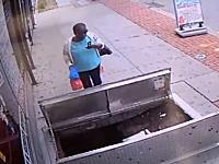 歩きスマホにご注意。携帯に気を取られていた女性が豪快に穴に落ちる動画。