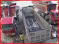無人で動き出してしまったトラックを止めようとした運転手が挟まれて亡くなる。