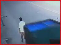 「死んだな」被害者を確認して去るひき逃げ男1と死者の携帯電話を持ち去る男2