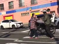 珍走団がおばちゃんを殴ってひき逃げか?(動画)某掲示板に投稿された問題のビデオ。
