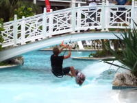 自由すぎる。ホテルの狭いプールで自由自在に飛びまくるカイトサーファー。