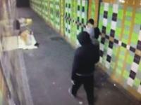 監視カメラで発覚。トンネル通路で眠るホームレスに花火を仕掛けるクソガキたちの映像。