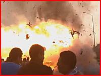 これ消火器の人吹き飛ばされてない?(((゚Д゚)))炎上した車が爆発すると大変なことに。