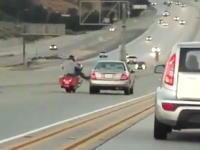 バイクがクルマに蹴りを入れるシーンでバイクが勝利するパターンとか初めて見たかもしれないw