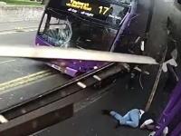 バスに思いっきりはねられたのに軽症で済んだ奇跡の男。防犯カメラの映像が話題。