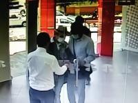 スマートすぎるセキュリティに阻止された銀行強盗の映像wwwざんwwねんww