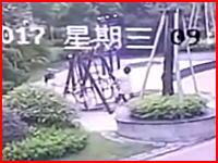 なんという不幸な事故。子供たちを遊ばせていた公園の遊具で自分が死亡。