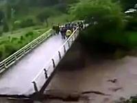 3人が濁流に飲み込まれて亡くなった橋崩壊事故の映像。(中国)