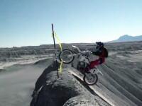 バイクは捨てるスタイル。モトクロスバイクで山を登ってそのままドーン!とスーパージャンプ。