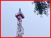 鉄塔から飛び降りた男が地面と激突するまでを記録していた奇跡のショッキング映像。