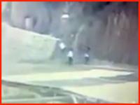 落石の恐怖。落石の直撃を食らった男性がものすごい勢いでぶっ飛ばされる衝撃映像。