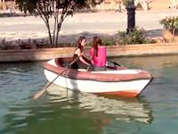 進みたい方向に全く進めないwwwお姉ちゃん二人乗りのボートが笑えるwww