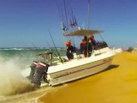 沖から勢いよくビーチに突っ込む。ボートの豪快な陸揚げ方法。