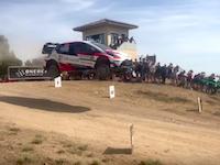 WRCラリーに参戦中のトヨタ・ヤリス、空中でドローンと衝突する。