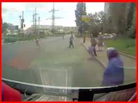 大型車の死角。トレーラーの目の前を渡ろうとしたおばあちゃんが潰されてしまう。