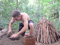 木炭の作り方。原始生活の人が最新作で燃料を作る。木炭って簡単に作れるもんなんだなあ。
