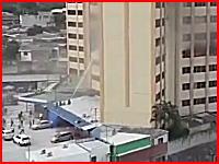 決死のジャンプ。ビル火災で熱さに耐えかねた男性が10階から飛び降りる映像。