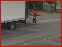 フロリダで最恐の事故が撮影される。パワーゲートの後ろに立っていた男性にSUVがドーン(°_°)