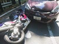 これは酷い。逆走レンタカーに正面から突っ込まれたバイク乗りの車載ビデオ。