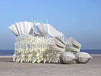 「ストランドビースト」風の力だけでまるで生き物のように歩く科学アートが面白い。