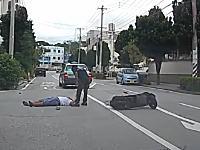 これ運転手ヤバそう。タクシーに横っ腹に2ケツの原付が突っ込むドーン事故車載。