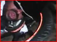 どうしてこんなことに?バイクのスプロケに首を絞められて死にかけている男。