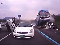 韓国ソウルで撮影された大型バスが乗用車に乗り上げる事故が怖い怖すぎる。
