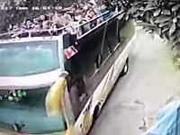 観光客を満載した2階建てオープンバスが落下して9名が死亡の映像(°_°)