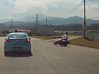 なんという罠。道路にたれた電線に気付かずに突っ込んでしまったバイク。