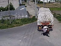 バックしてきた大型トラックにスクーターの男女が踏みつぶされるめっちゃ怖い事故。