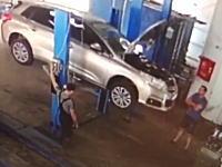 リフトアップしていた車が落下して整備士2名が潰された事故の映像が(((゚Д゚)))