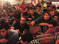 エミレーツの機内で集団ココナッツやってみた動画。手前のあごひげ気になるわあww