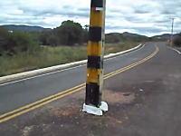 さすがにこれはひどいwww道路のど真ん中に電柱とか誰が考えたの。