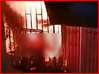 防犯窓に阻まれて脱出できずに生きたまま焼かれている人が撮影される(中国)