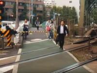 遮断機が下りて警報が鳴っている踏み切りを横断しまくる東京人だちの映像に驚き。