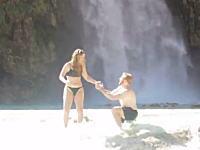 そんなところでプロポーズしようとするから(笑)感動の記録がハプニング映像に。
